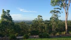 Mount Gravatt, vue sur Brisbane en face, l'océan caché sur la droite