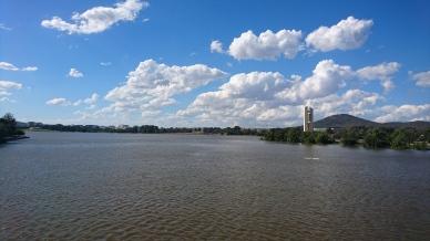 Lake Burley Griffin, à droite le carillon et le Mont Ainslie, Canberra