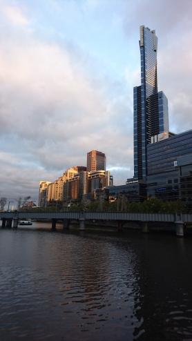 Eureka Tower (plus haut gratte-ciel résidentiel d'Australie) au dessus de la Yarra River, Melbourne