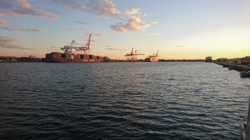 Lever de soleil sur le port de Fremantle à l'embarquement sur le ferry pour Rottnest Island