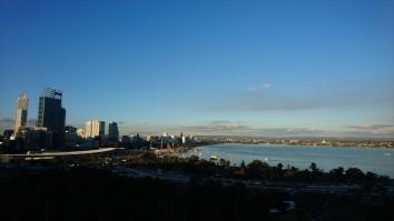 Vue sur la Swan River et la skyline depuis Kings Park, Perth