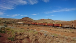 Trains en direction de la mine et du port, Pilbara, WA