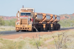 Road-train revenant d'une mine de fer, Pilbara, WA