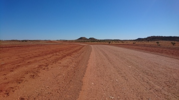 Le paysage le plus désertique qu'on ait vu, avec des empreintes de dromadaires de chaque côté de la route