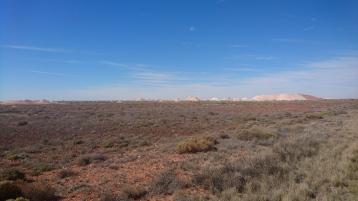 En arrivant sur Coober Pedy, les dômes sortis des mines poussent comme des champignons