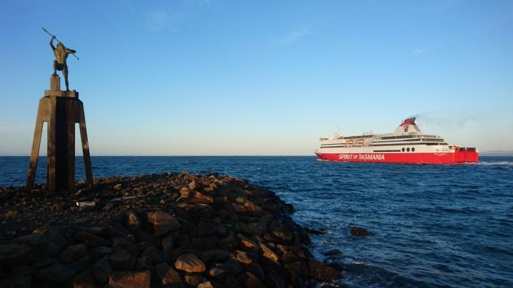 Le Spirit of Tasmania quitte Devonport en direction de Melbourne, sous l'oeil attentif de Poseidon, le Dieu et l'Esprit de la Mer